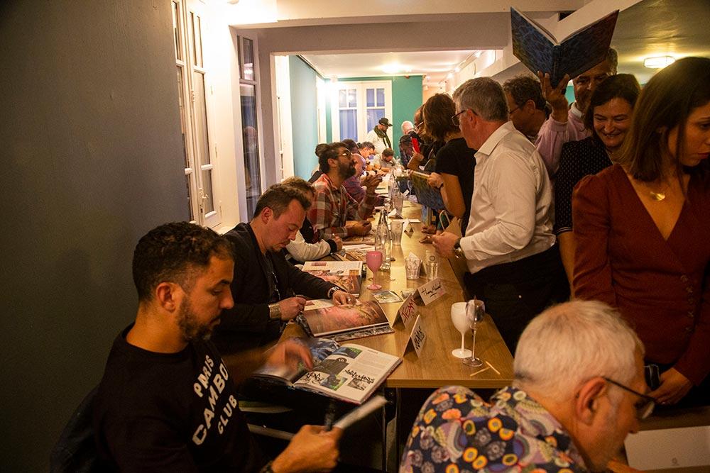 À l'heure des dédicaces du livre «Molitor Vibrations artistiques» les artistes prennent le temps de discuter avec les invités.