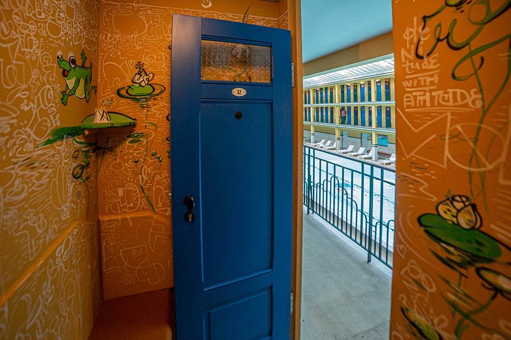 La cabine N°32 de l'artiste FBZ propose une lecture à deux niveaux pour les visiteur. Des dessins humoristiques vous arrêterons un bon moment!