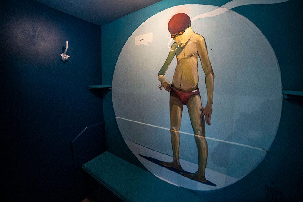 Vous jouerez le voyeur en découvrant la cabine N°28 imaginée par Mr Difuz. Celui-ci a cadré son personnage avec humour dans un cercle, symbolisant un œilleton…