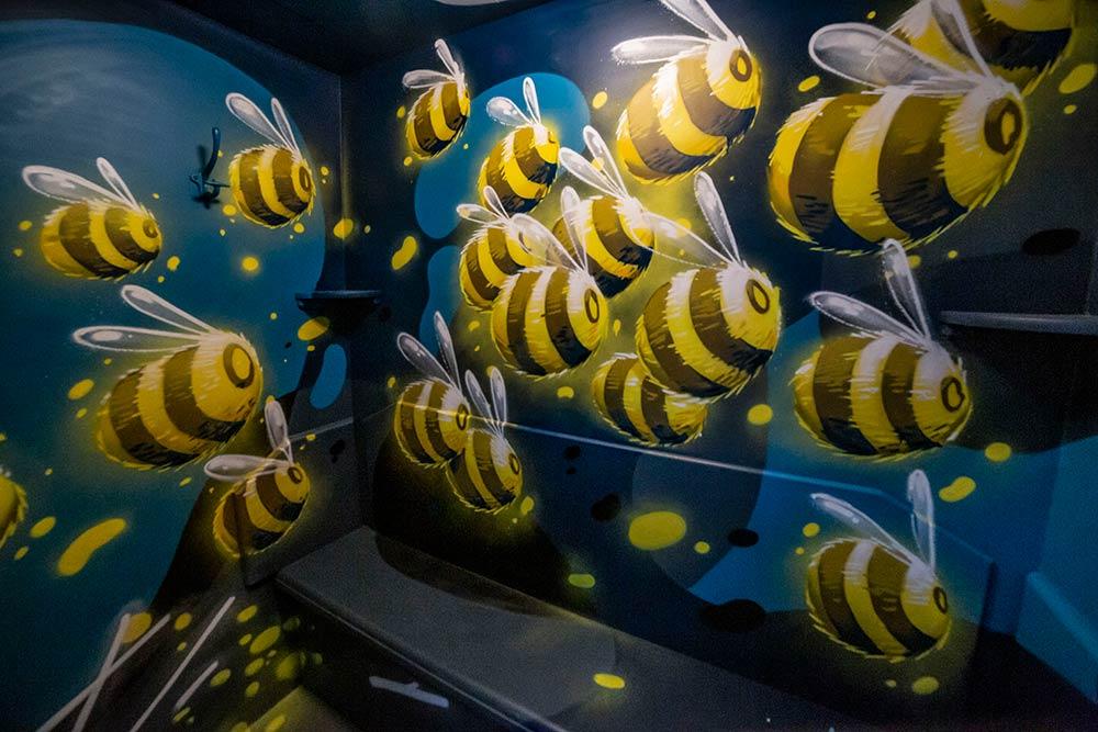Dans la cabine 112, de Stom500, les abeilles sont comme des lucioles. Un univers joyeux aux couleurs subtiles.