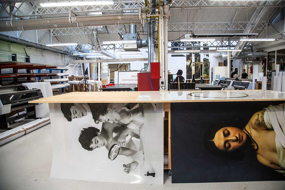 Le rez-de-chaussée de Muzéo sous verrière accueille ainsi les ateliers de fabrication, l'impression, la découpe, le vernissage, l'encadrement…