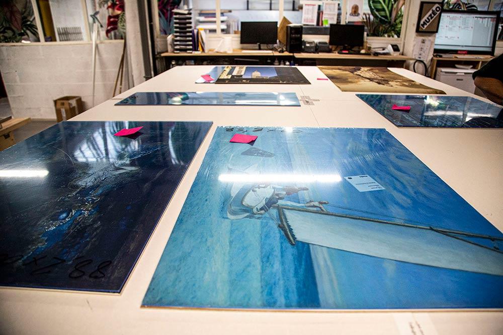 Les images imprimées et protégées attendent d'être encadrées…