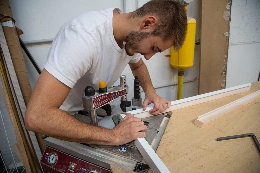 Des machines permettent à Guillaume de caler la jointure des cadres à la perfection.