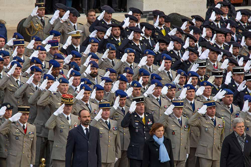 Le Premier ministre, Edouard Philippe et Florence Parly, ministre de la Défense, émus devant les délégations militaires au garde à vous.