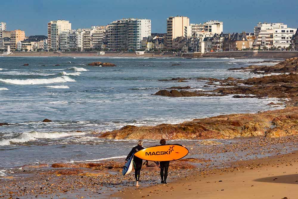 Côté - Ouest : Les surfeurs apprécient les plages situées près de l'hôtel.