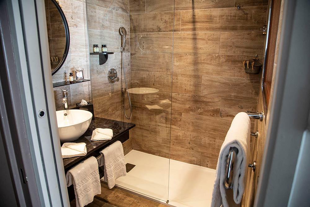 La salle de bains pratique et lumineuse.