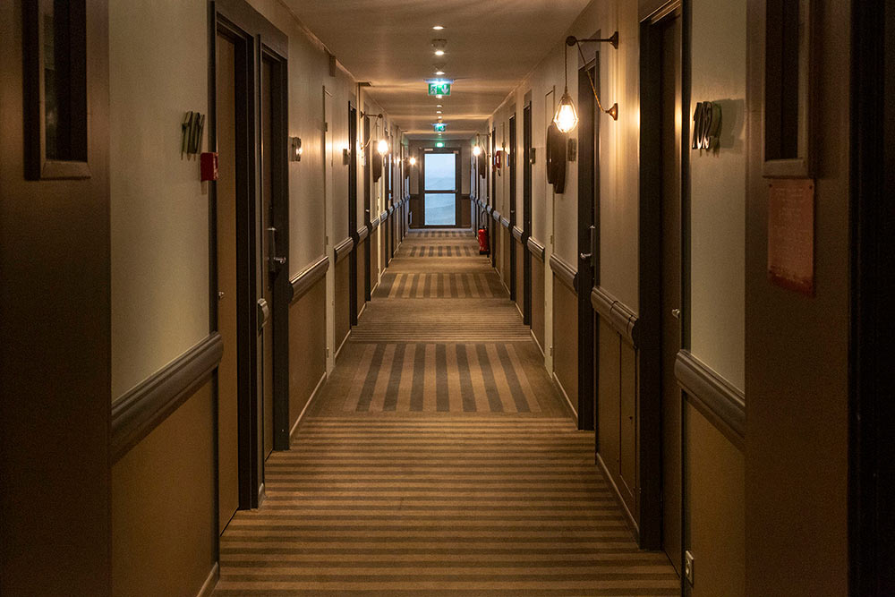 Le couloir, comme dans un paquebot.