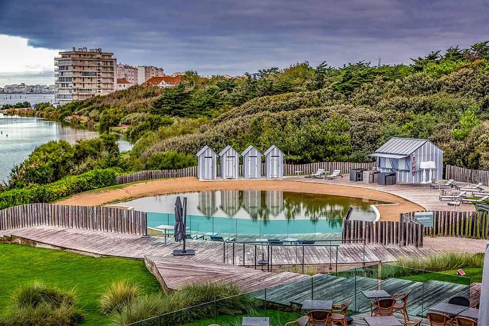 La piscine et ses cabines de plages dans années 30.