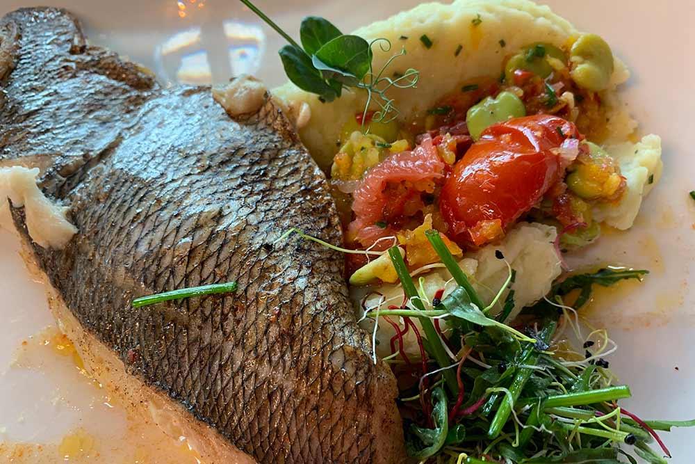 Une cuisine tournée vers la mer… Un merlu, quinoa en risotto, beurre blanc aux agrumes, du chef Thomas Evanno.