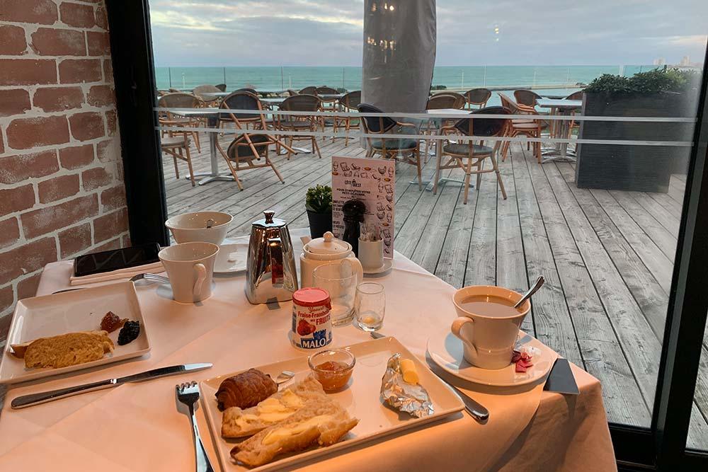 Prendre son petit-déjeuner avec vue sur la terrasse et la mer…
