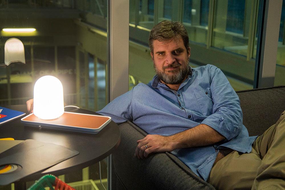 FX Balléry, un designer fasciné par la lumière, s'est inspiré des phares marins pour créer le luminaire Llumm.