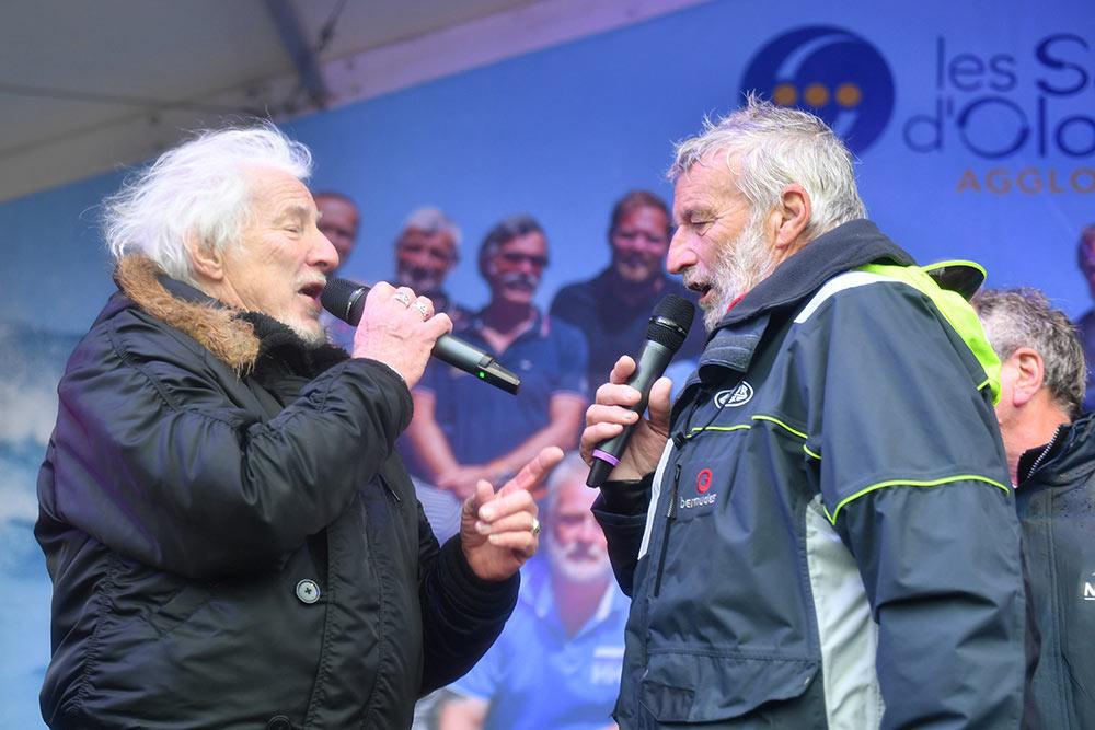Après l'arrivée de la Golden Globe Race, avec son ami Hugues Aufray, VDH « Tient bon la barre et tiens bon le vent»