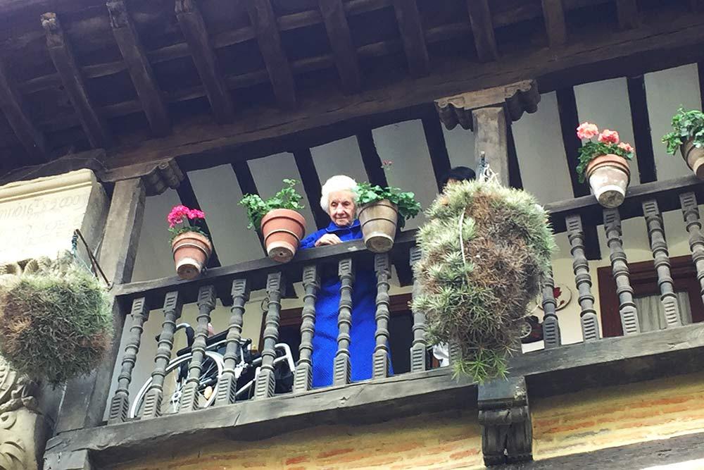 Petite dame à son balcon, Santillana del Mar
