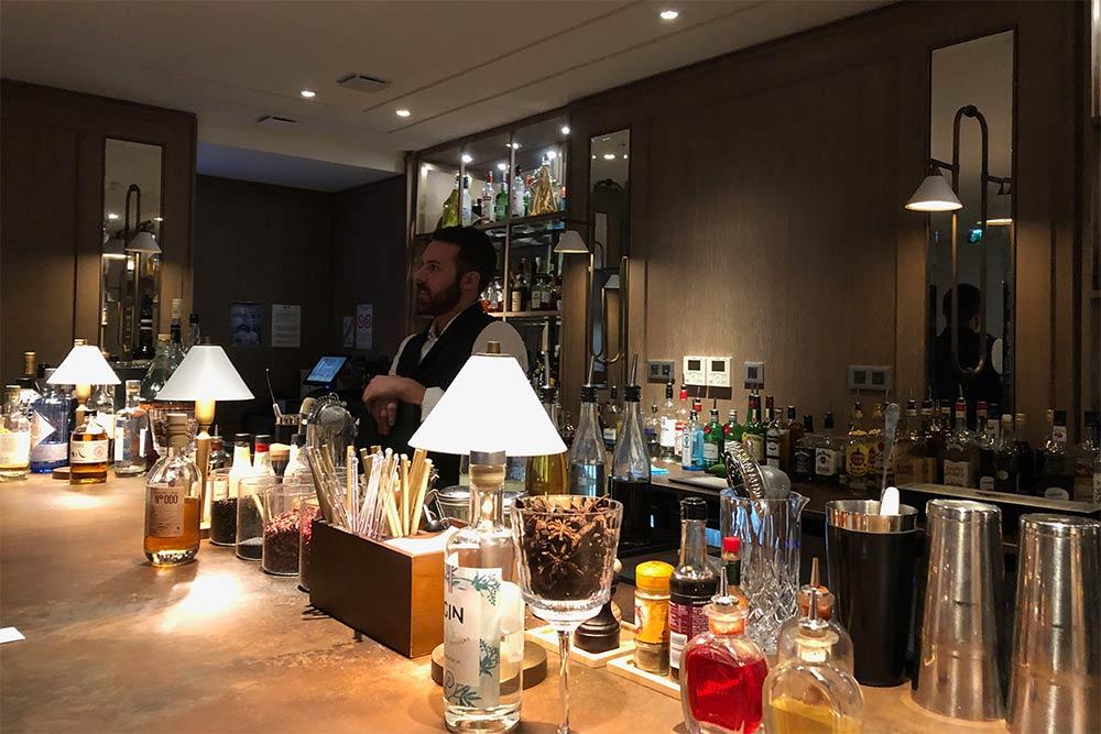 L'Hôtel Hyatt Regency : le barman du bar Le Condé