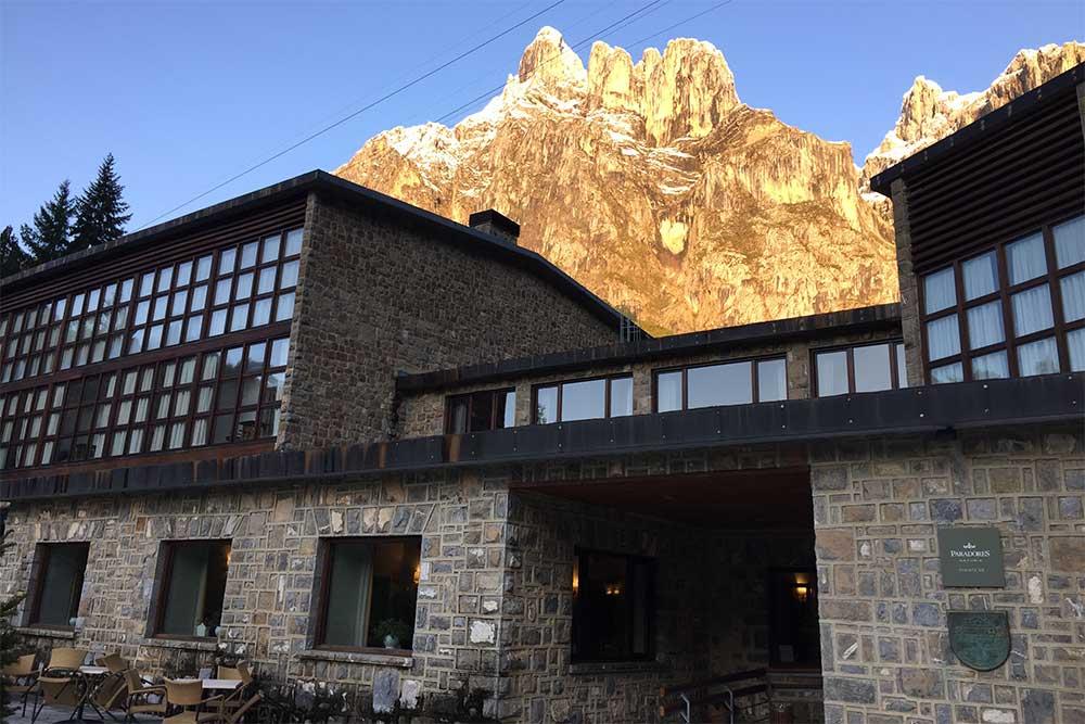 L'hôtel-parador de Fuente Dé dans la lumière du matin