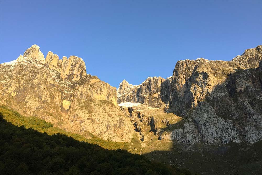 Les Picos de Europa dans la lumière contrastée du matin