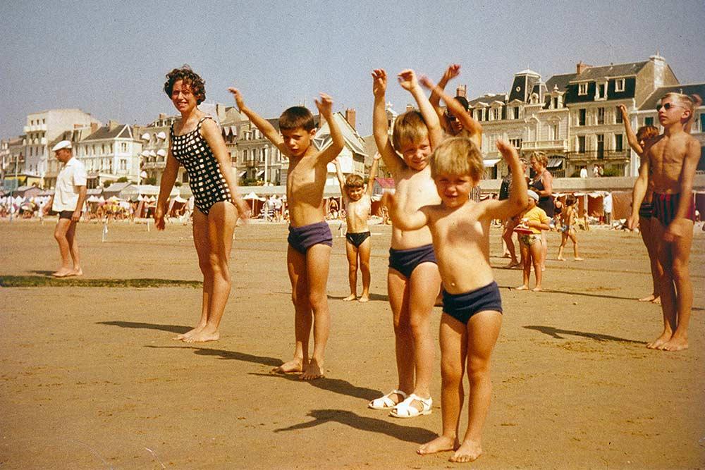 Sport à tout âge sur la plage des Sables d'Olonne, en 1962.