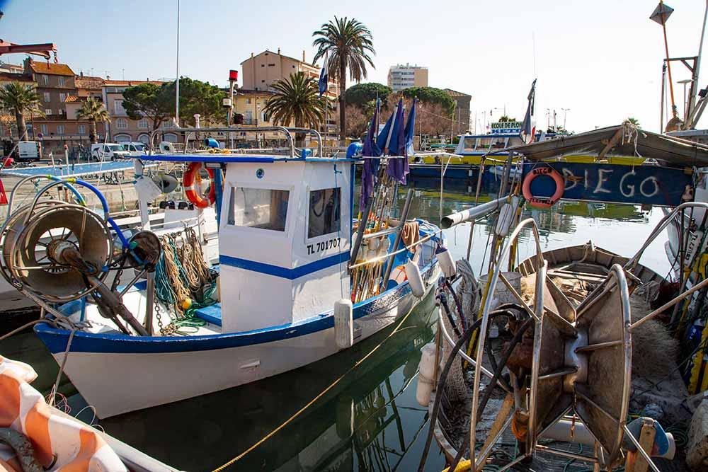 Amarrés au quai des pêcheurs, lesderniers pointus aux couleurs vivesdes marins-pêcheurs.
