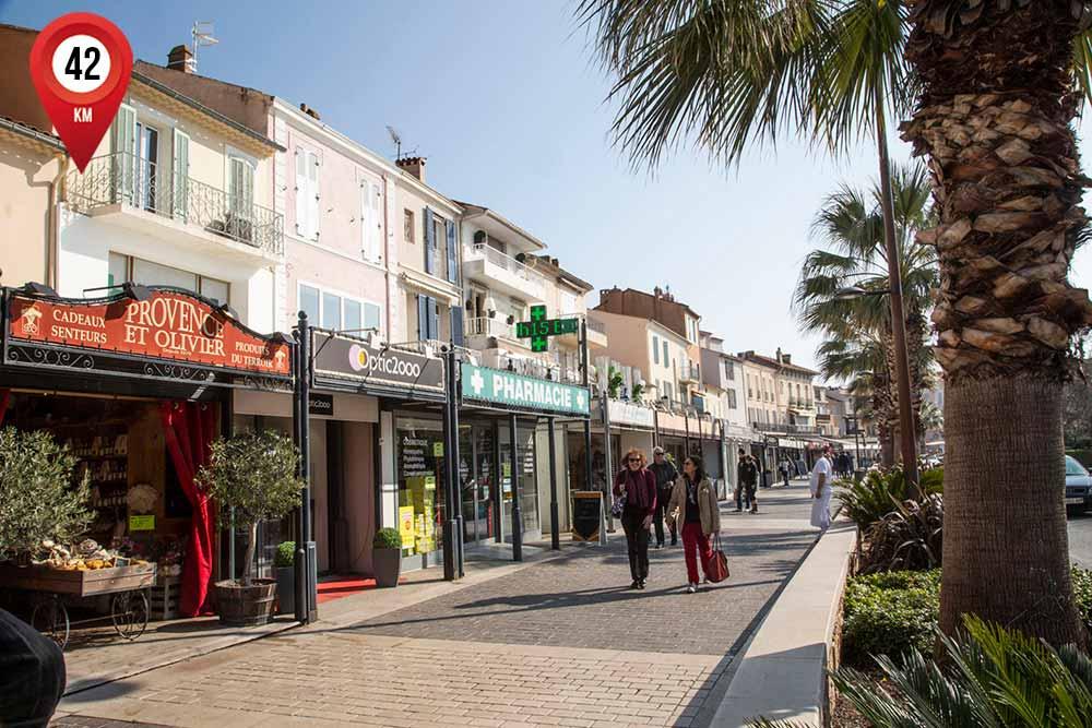 mimosa - On aime marcher, tranquillement, dans les rues de Sainte-Maxime…