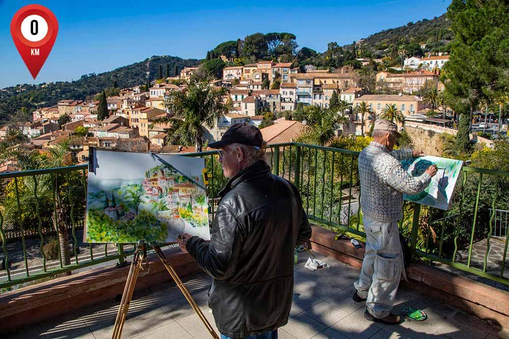 Les peintres apprécient la vue sur le joli village de Bormes-les-Mimosas.