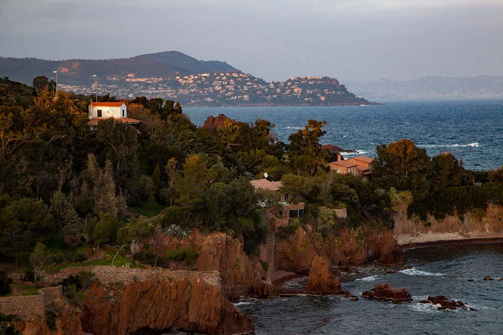 La Corniche d'or, c'est une route exceptionnelle qui relie Saint-Raphaël à Cannes sur 30 kilomètres.