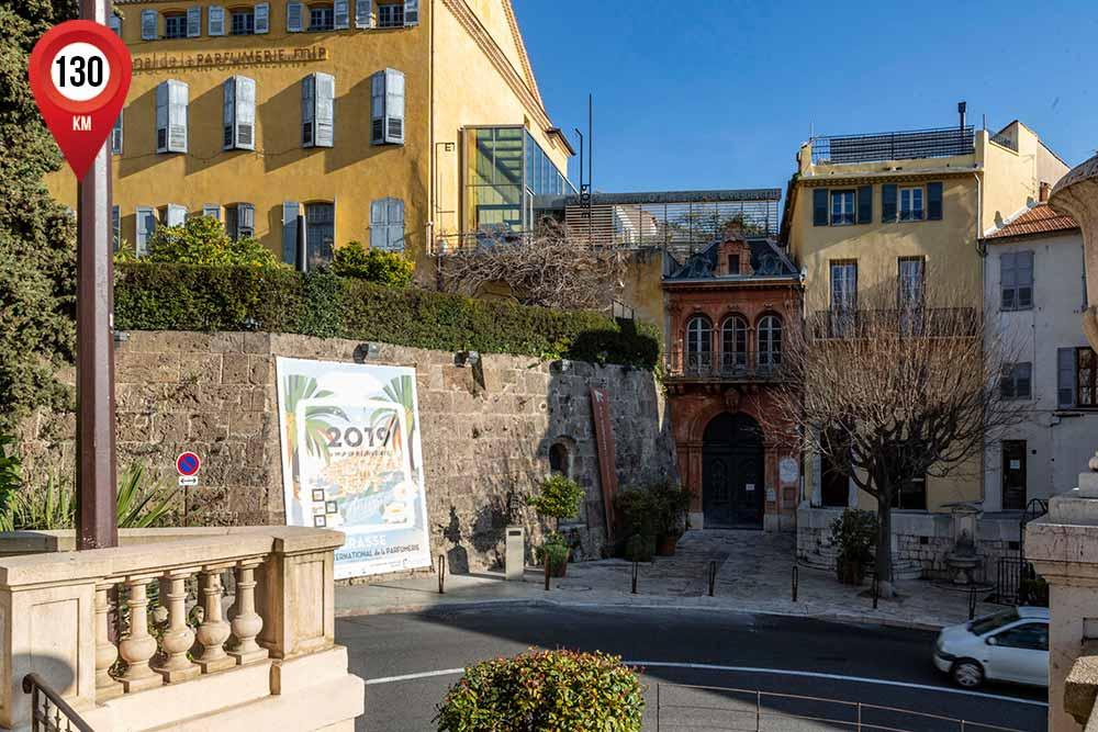 mimosa - Onze lieux de visites en quelques centaines de mètres pour découvrir l'histoire de Grasse, du passé jusqu'au présent.
