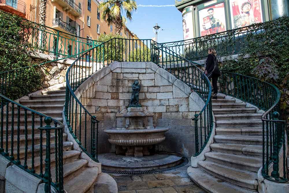 La fontaine du Thouron et son bel escalier à double révolution.