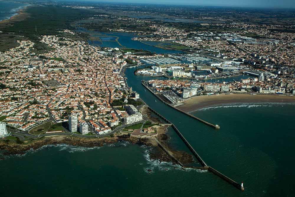 Vue d'avion, la ville des Sables d'Olonne avec, à gauche, la Chaume séparée par le long quai, connu du monde entier lors des départs du Vendée Globe.