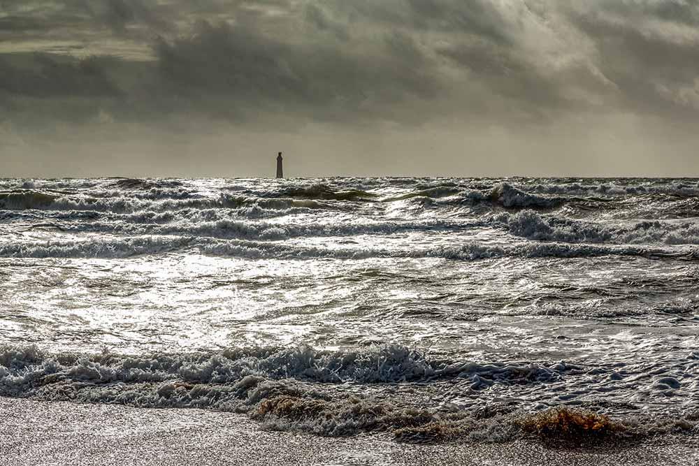 Au loin le phare des Barges, construit entre 1857 et 1861.