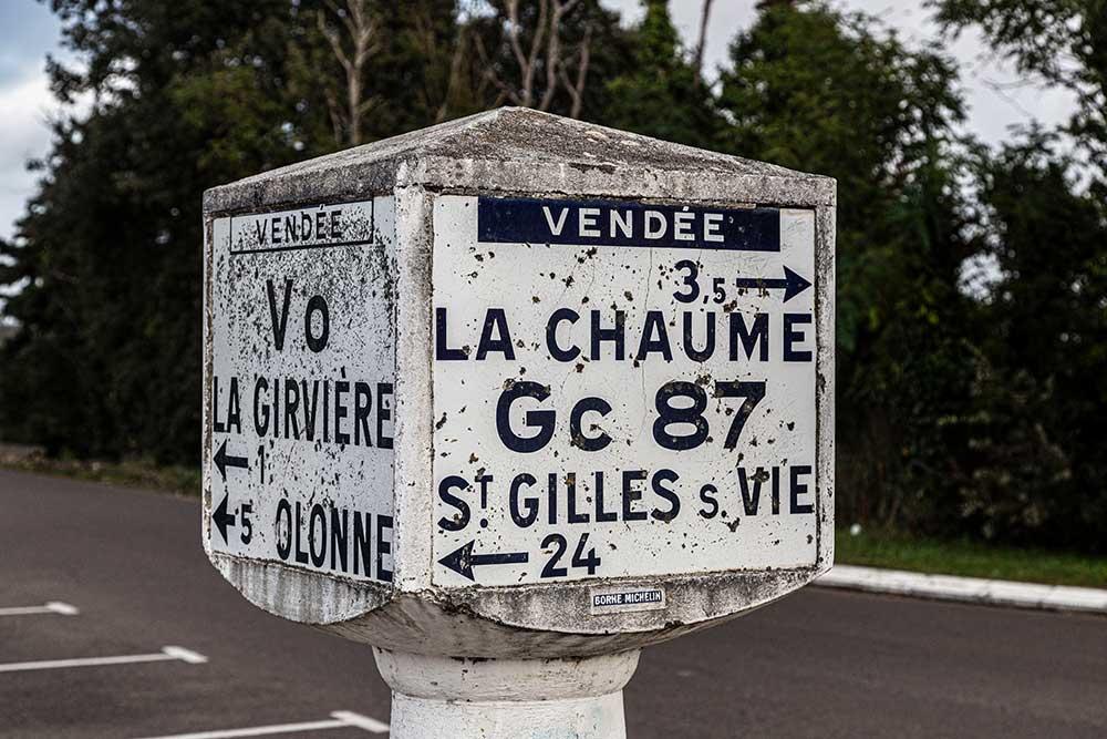 Les - Sables - d'Olonne : Un bijoux pour les amoureux du patrimoine: une borne Michelin.