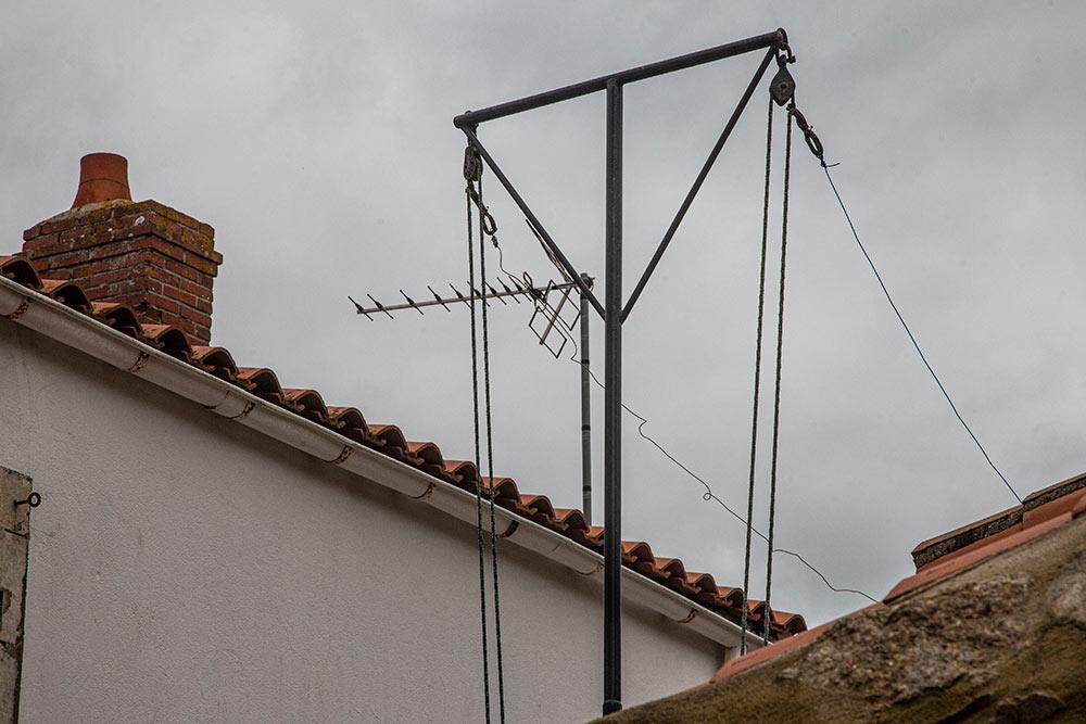 Des poteaux à linges très haut pour sécher les filets.