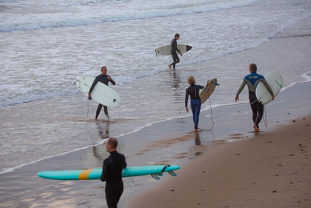 Les - Sables d'Olonne : -Les surfeurs de tous âges profitent des derniers rayons de soleil.