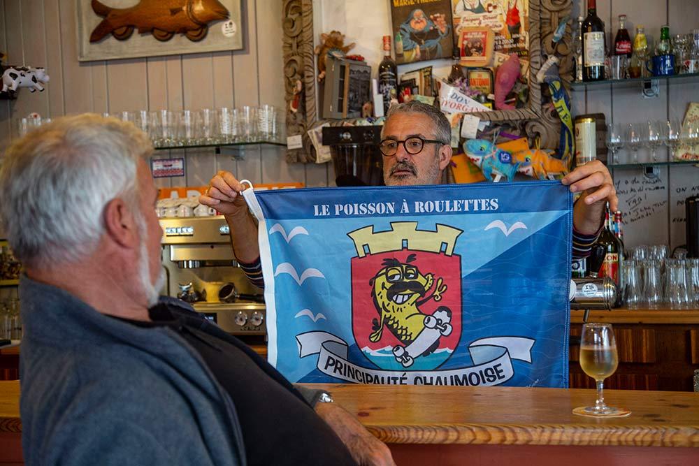 -Jean-Luc Sabourin présente à un autre Jean-Luc, le skipper VDH, son drapeau de la Principauté Chaumoise!