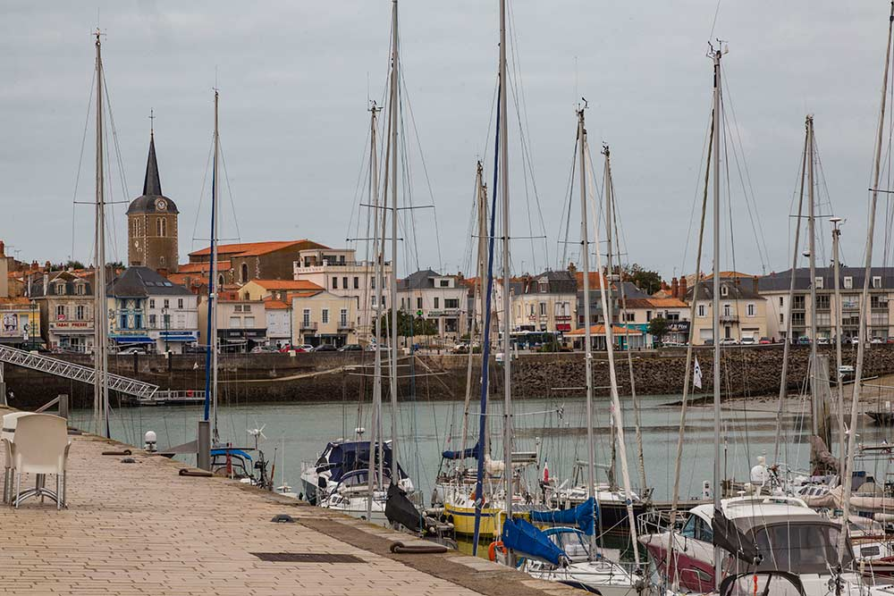 Du port de plaisance, on aperçoit le quartier de la Chaume.