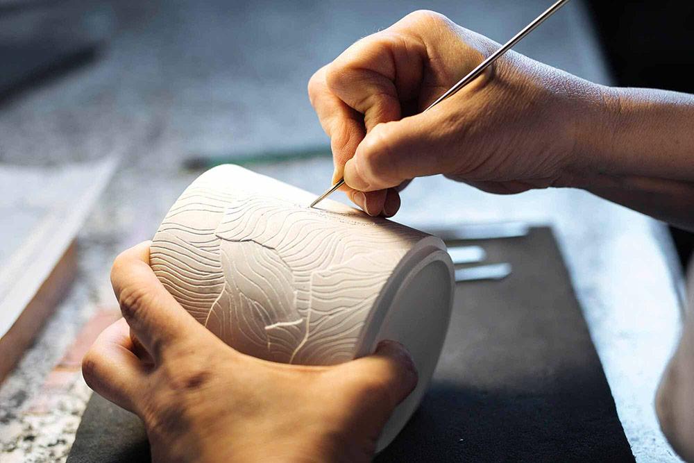 Claepsidra - Gravure du pot en céramique