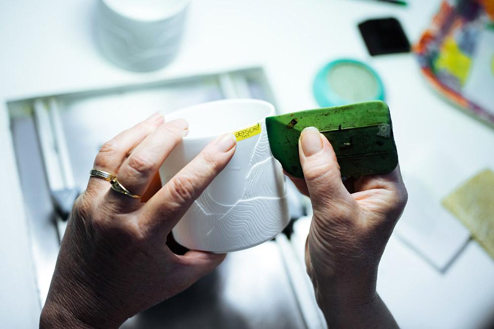 Marquage du pot en céramique