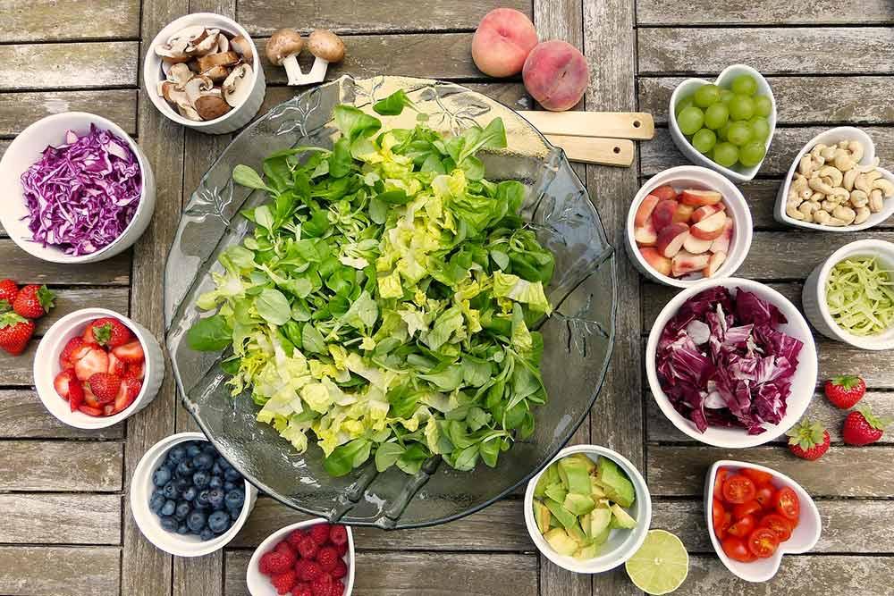 Alimentation et santé - salade et fruits