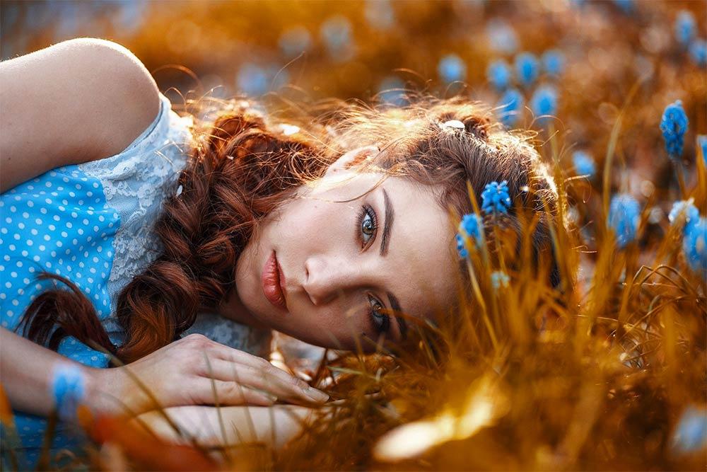 Femme avec des cheveux roux