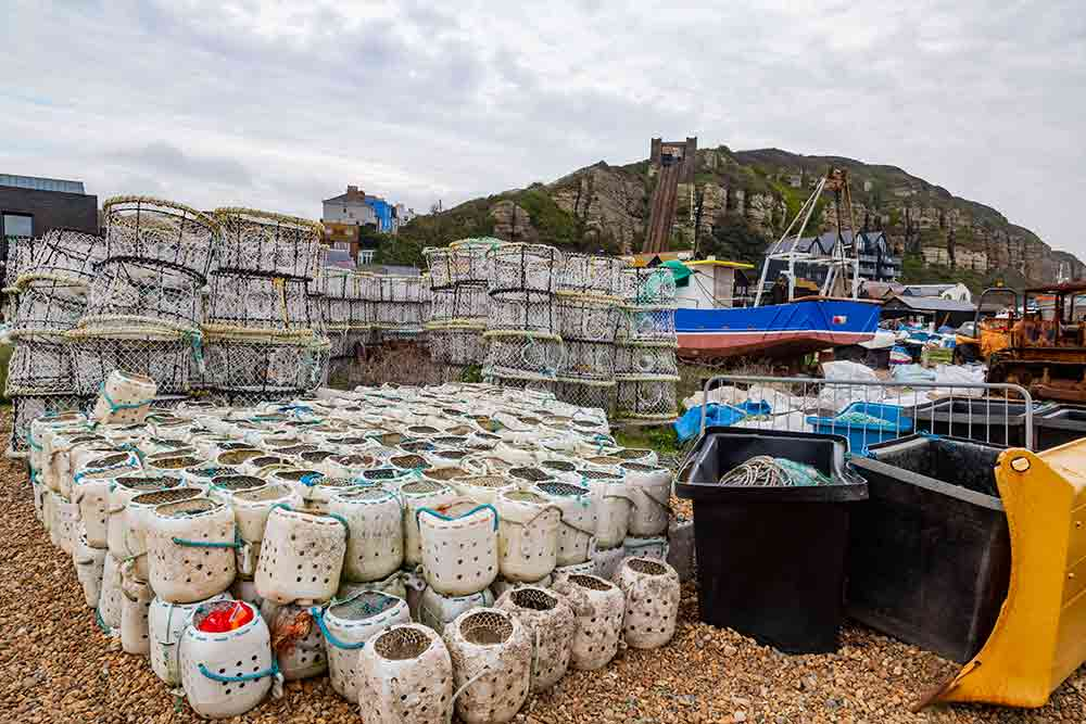 Les bateaux, les filets, bacs et nasse des pêcheurs trouvent naturellement leur place sur la plage.