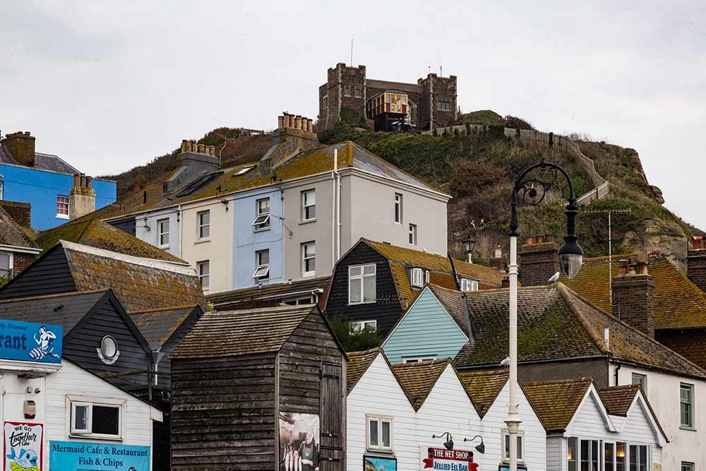 Hastings - En haut de la colline, le funiculaire et les ruines du château.