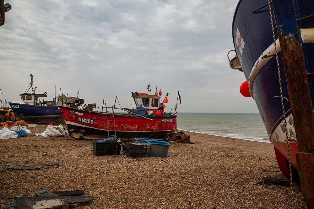 Hastings - Les bateaux sont tirés de l'eau à chaque retour de pêche pour les mettre à l'abri des vagues.