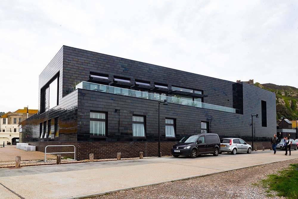 The Hastings Contemporary ressemble aux grandes cabanes en planches noires traditionnelles des pêcheurs.