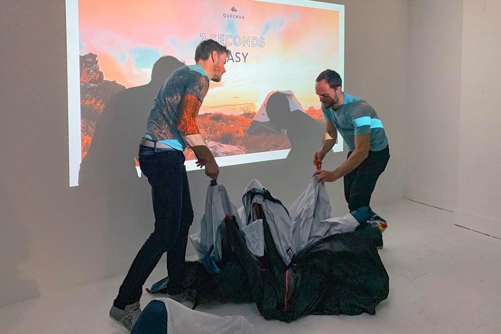 Démonstration lors de la présentation à la presse de la nouvelle tente. Une fois sortie de son sac, on tire le cordon rouge…