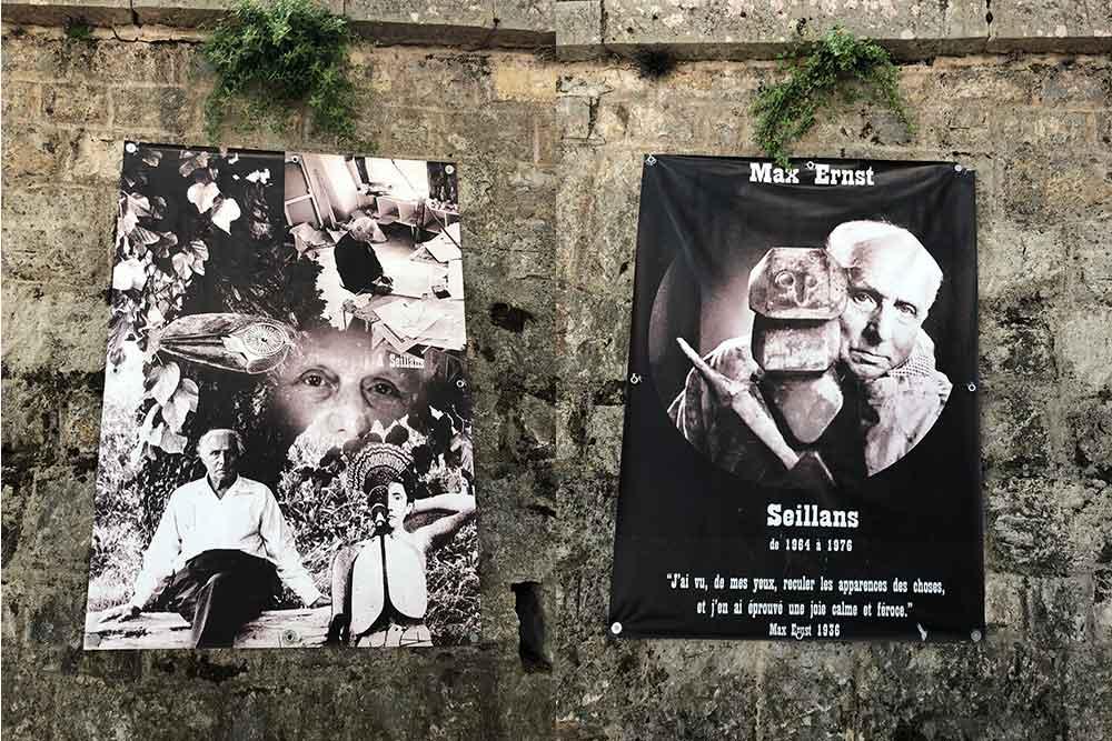 Des affiches sur le mur en face du restaurant.