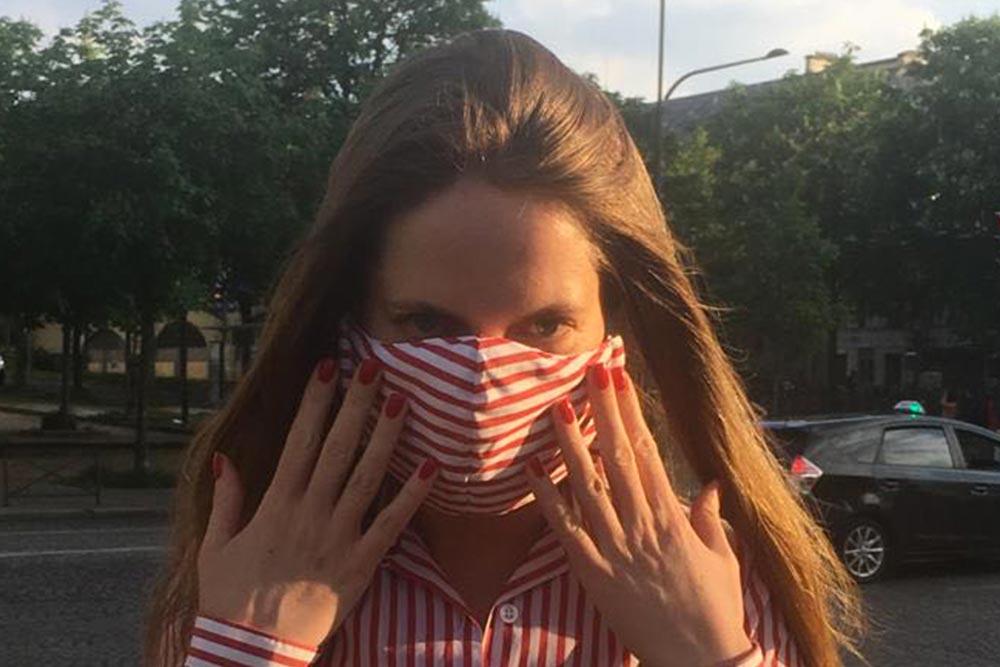 Clotilde porte un masque fabriqué sur le Modèle du CHU de Grenoble