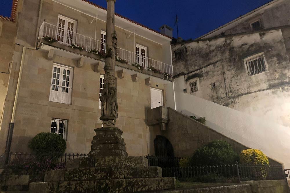 Une belle demeure située dans une rue sur un des côté de la Cathédrale devenue une étude notariale