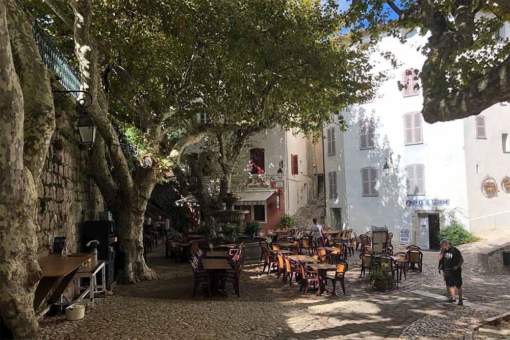 Pays de Fayence - La Place du Thouron, sa fontaine et ses platanes sous lesquels sont installées les tables du restaurant La Gloire de mon Père.