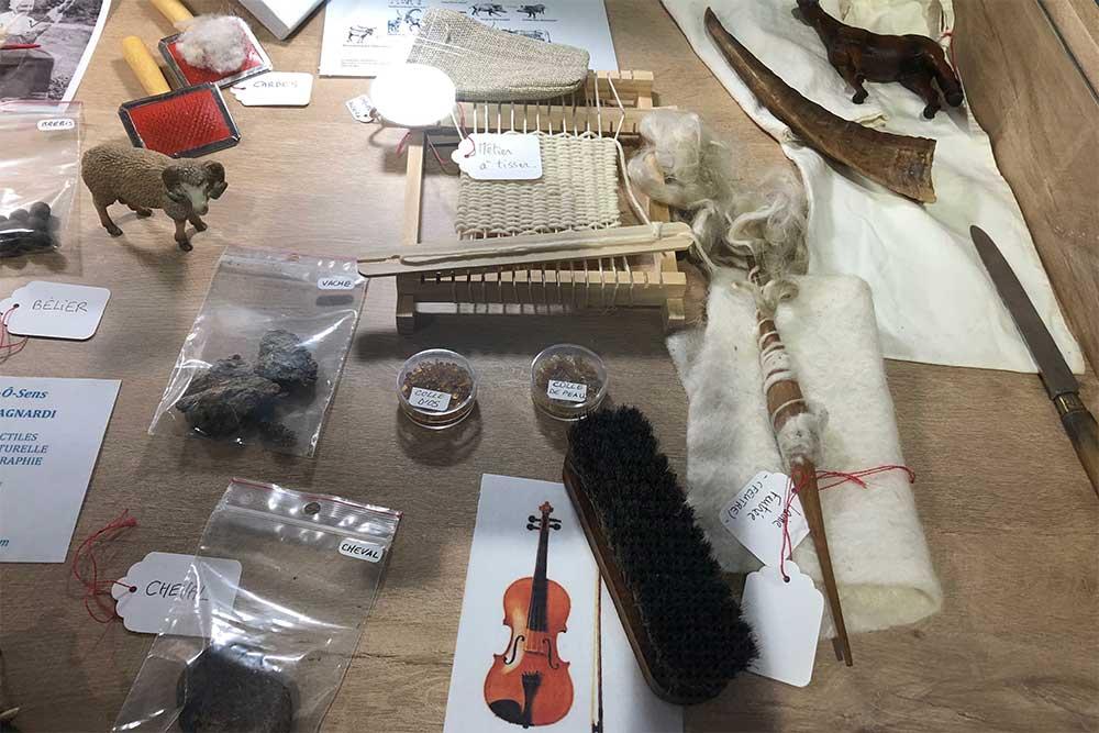 Exposition d'objets divers dans des tiroirs à La Maison du Lac