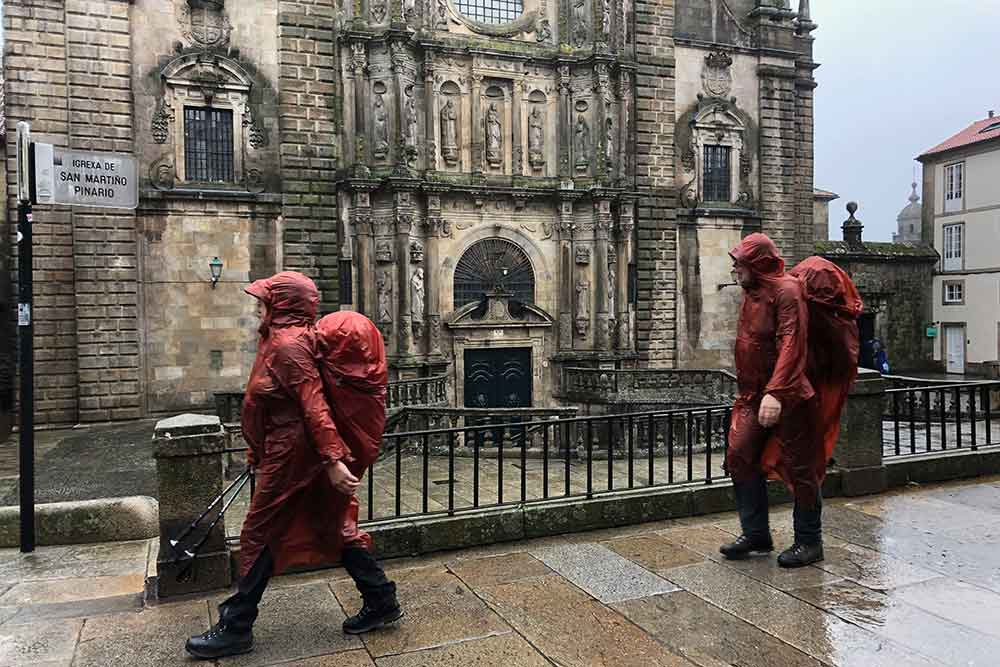 Pèlerins devant la Cathédrales de Saint-Jacques de Compostelle