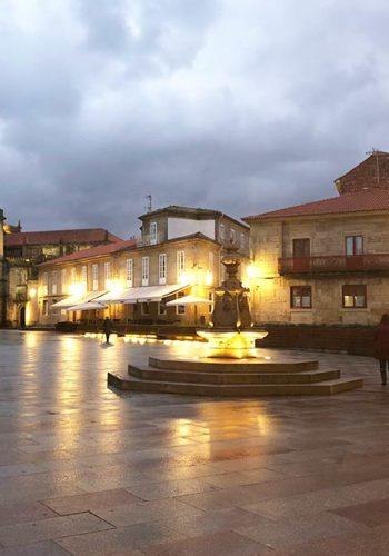Une place de Saint-Jacques de Compostelle la nuit